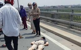 Nam thanh niên chạy mô tô húc đuôi Mazda CX5 bất tỉnh trên cầu Nhật Tân