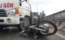 Xe ben cuốn người và xe máy trên cầu Tham Lương