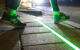 """Chile lắp đặt đèn giao thông trên mặt đường cho người """"nghiện"""" di động"""
