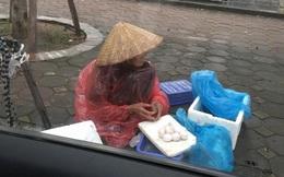 5 gói mì, 10 quả trứng và câu chuyện đầy tử tế giữa bà cụ bán rong với anh chàng đi ô tô ở Hà Nội
