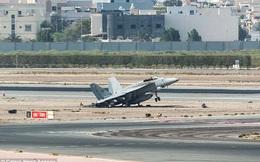Chiến đấu cơ Mỹ hạ cánh khẩn cấp, phi công lao ra ngoài