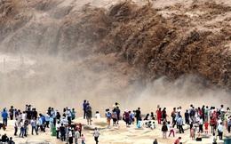 """Người dân đổ xô đi xem thác nước trên sông Hoàng Hà """"nổi cơn thịnh nộ"""" mùa lũ"""