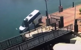 Lái xe đâm vợ không thành, người chồng mất lái lao thẳng xe xuống biển