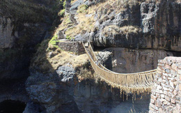 Bạn có dám đi qua cây cầu bằng cỏ dài 35 mét, một truyền thống có từ hàng trăm năm của người dân Peru?