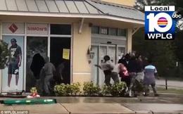 Mỹ: Lấy cắp súng trong bão Irma, đụng trúng SWAT