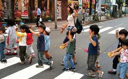 Nhìn cách trẻ em Nhật Bản sang đường, cha mẹ Việt Nam học được điều gì?