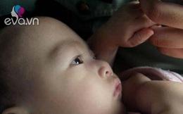 Khoảnh khắc nghẹn ngào bé trai 5 tháng bị bỏ rơi túm chặt tay cảnh sát khi được tìm thấy