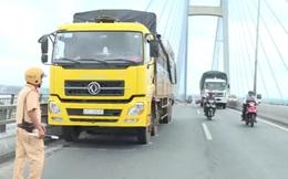 Tài xế dừng xe giữa cầu Mỹ Thuận nhảy sông tự tử