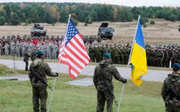 """Ukraine quyết """"dứt bóng"""" Nga, đổi súng AK sang """"sát thủ lính Mỹ"""" AR-15"""