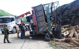 Xe chở gỗ đâm vào vách núi, tài xế bị đè chết