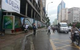 Hà Nội: Thanh sắt rơi thẳng từ công trình xây dựng xuống đường