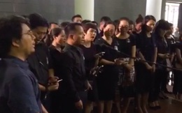 """Cựu HS vừa khóc vừa hát """"Bài học đầu tiên"""" tiễn biệt thầy Văn Như Cương"""