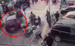 Trung Quốc: Bị mất lái, nữ tài xế lao thẳng xe hơi lên vỉa hè đâm gục nhiều người đi bộ