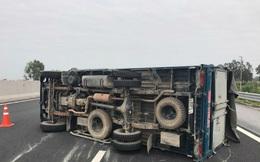 Xe tải nổ lốp, lật ngang trên cao tốc Hà Nội - Hải Phòng
