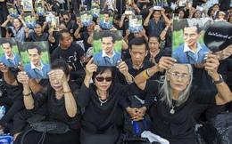Hàng ngàn người Thái Lan mang ảnh, đội mưa chờ tiễn biệt nhà vua Bhumibol Adulyadej