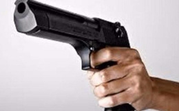 Chủ hãng nước đá dọa bắn nữ công nhân