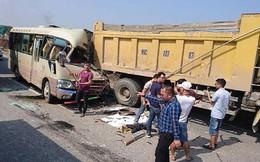 Lao vào đuôi xe tải, tài xế xe khách tử vong