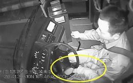 Tài xế xe buýt vừa điều khiển xe vừa trông cháu, có lúc còn để cháu cầm lái