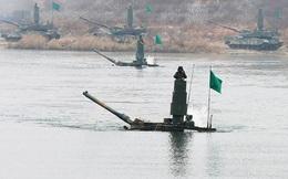 Hàng chục xe tăng Hàn Quốc diễn tập vượt sông sâu 2m