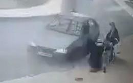 Chuẩn bị ra viện thì bị ô tô điên tấn công, người phụ nữ lại phải nằm viện tiếp