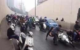 Hàng loạt xe máy trượt ngã la liệt dưới hầm Kim Liên