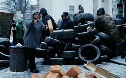 24h qua ảnh: Người biểu tình lấy gạch, lốp xe chặn quốc hội Ukraine