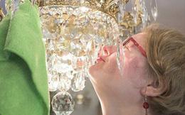 Chuyện tình giữa người phụ nữ với chiếc đèn chùm: Gặp nhau qua mạng, đính hôn rồi ngoại tình với những chiếc đèn khác