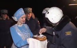 Trở về từ Syria, phi công Nga được mời bánh mì đen chấm muối