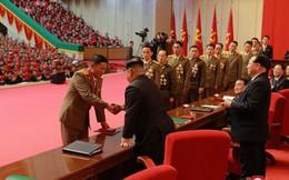 Ảnh: Ông Kim Jong-un tươi cười bắt tay người tham gia thử nghiệm tên lửa Hwasong-15