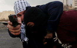 24h qua ảnh: Nhân viên an ninh mật Israel bắt giữ người Palestine