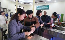 Hành khách bỡ ngỡ khi ga Hà Nội triển khai soát vé tự động