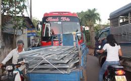 Xe né trạm BOT Biên Hòa, kẹt xe kinh khủng trong đường làng