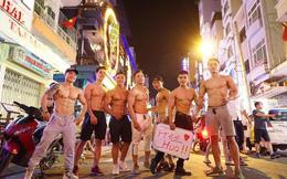 """Dàn trai đẹp 6 múi với khẩu hiệu """"ôm miễn phí"""" gây náo loạn tại phố đi bộ và phố Bùi Viện"""