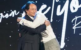 Rocker Nguyễn xúc động ôm chặt bố trong buổi họp fan
