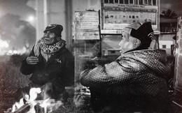 """Cuộc tình """"đi bộ ngược chiều"""" của hai cụ già nhặt ve chai dưới gầm đường sắt Cát Linh - Hà Đông"""