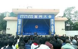 """TQ: Hàng nghìn dân vây xem 10 tội phạm bị lôi đi xử tử ngay sau màn tuyên án """"thị chúng"""""""