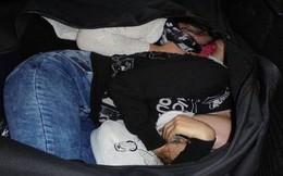 Bức ảnh 2 phụ nữ bị kẻ buôn người nhét trong túi đen rồi đặt vào cốp ô tô khiến thế giới bàng hoàng