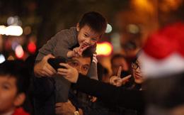 """Những """"thiên thần"""" đáng yêu theo chân bố mẹ ra đường đón Giáng sinh"""