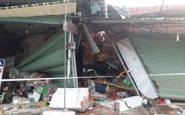 Xe container bất ngờ mất lái tông 4 nhà dân trong đêm ở Bình Dương