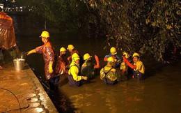 Công nhân dầm mưa lạnh suốt đêm nạo vét Hồ Gươm