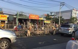 Hình ảnh đẹp của CSGT TP.HCM dọn bùn đất rơi trên đường phố