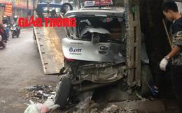 Bán tải phóng tốc độ cao đâm taxi nát bét giữa phố Hà Nội
