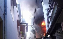 Giải cứu người phụ nữ nước ngoài kẹt trong căn nhà bốc cháy ở phố Tây