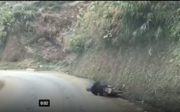 Người đàn ông say rượu phi xe ruống rãnh rồi nằm lăn ra đường
