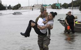 Chuyện về bức ảnh cảnh sát Mỹ bế 2 mẹ con gốc Việt trong siêu bão Harvey