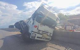 """Nổ lốp, xe tải chở hàng chục tấn hoa quả """"làm xiếc"""" trên quốc lộ 1"""