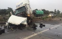Xe container nổ lốp đâm vào xe chở công nhân cty Samsung, 5 người trọng thương