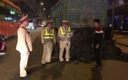 [Mutex] Đổ chất thải ra đường, tài xế bị buộc dọn sạch trước sự chứng kiến của dân