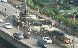 Xe bồn đâm đuôi xe tải rồi lật ngang chắn giữa đường trên cao ở Hà Nội