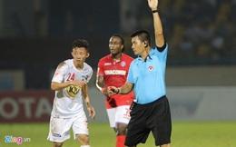 Trọng tài lại thi nhau gây tranh cãi khiến V-League rối như tơ vò